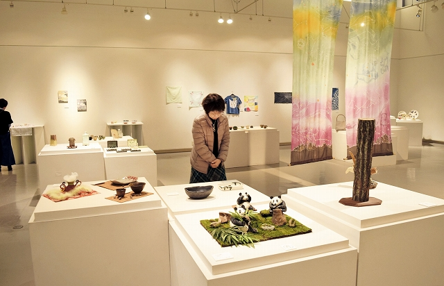 バラエティー豊かな作品が並ぶ陶芸、ガラス、ろう染め講座生の作品展=3月16日、福井県あわら市金津創作の森