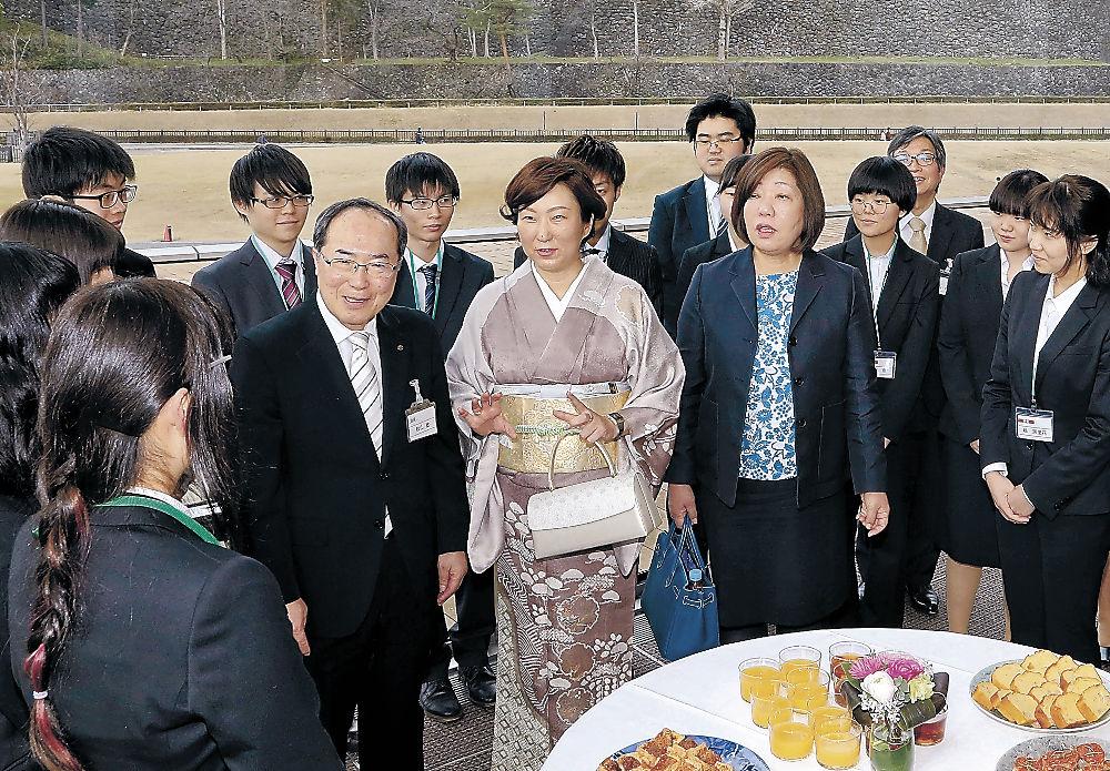 金沢学院大生と懇談する三浦さん(中央)と林さん(右)=金沢市のしいのき迎賓館