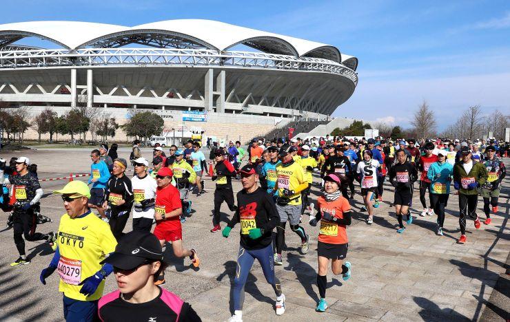 快晴の下ランナーたちが駆け抜けた新潟ハーフマラソン=17日、新潟市中央区のデンカビッグスワンスタジアム