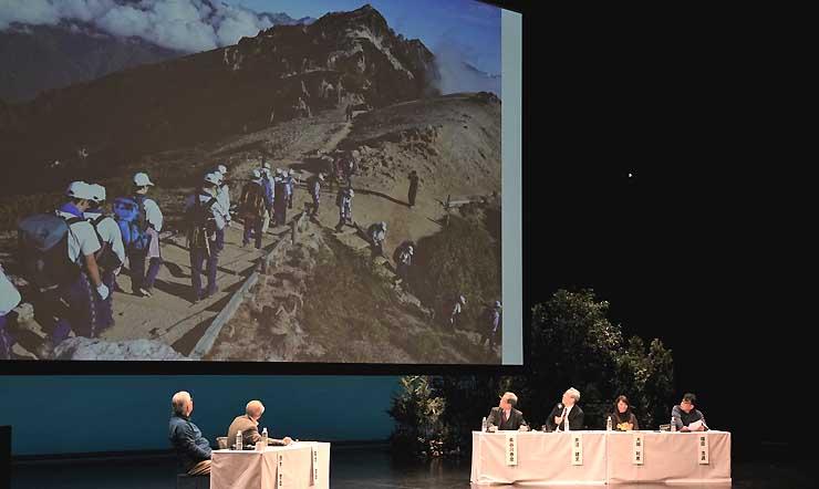 「がんばる学校登山」をテーマに開いた座談会=17日、まつもと市民芸術館