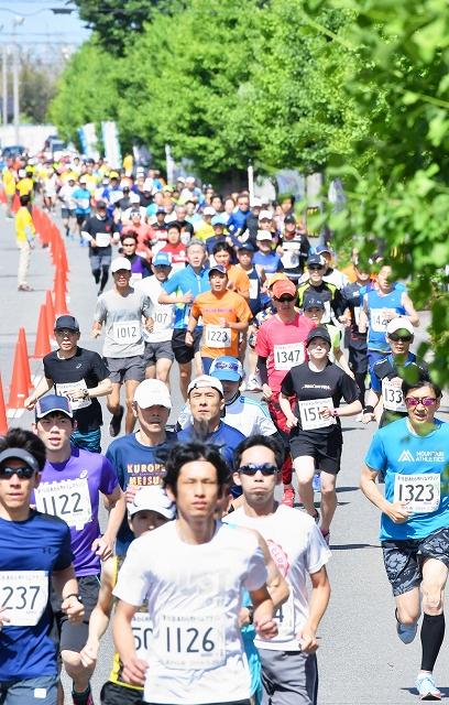 新緑が美しいコースを力走するランナー=2018年5月20日、福井県あわら市大溝1丁目