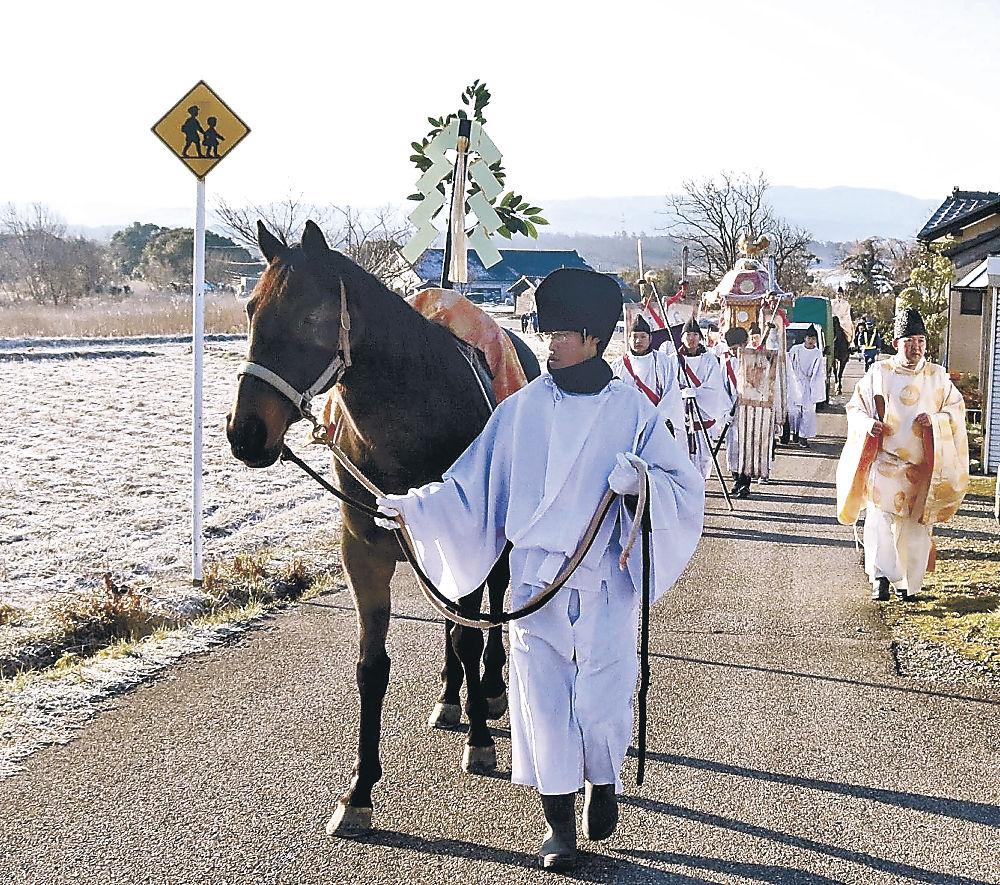 神馬が先導する「おいで祭り」の行列=羽咋市内
