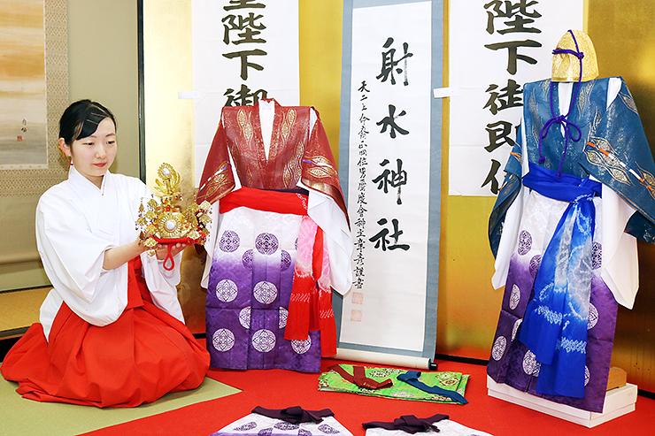 稚児社参で子どもたちが身に着ける装束=射水神社
