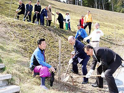 氷見鞍川を「紅葉の里」に 経営者ら苗木100本植樹