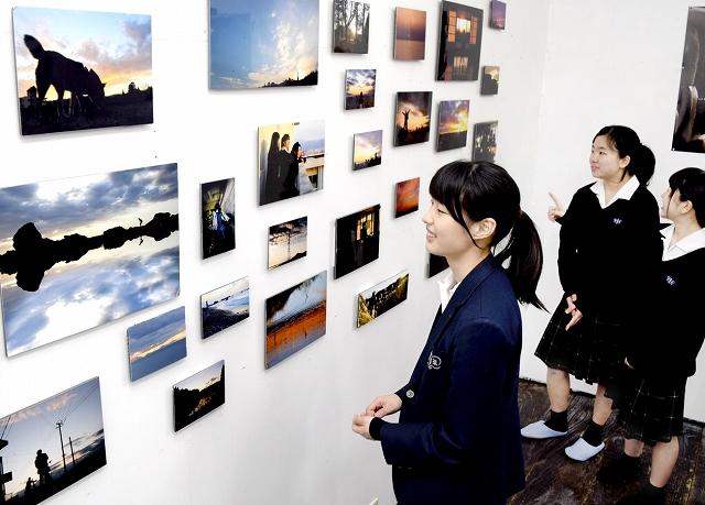 丹生高写真部員の力作が並ぶ写真展=3月19日、福井県鯖江市旭町1丁目のさばえ現代美術センター