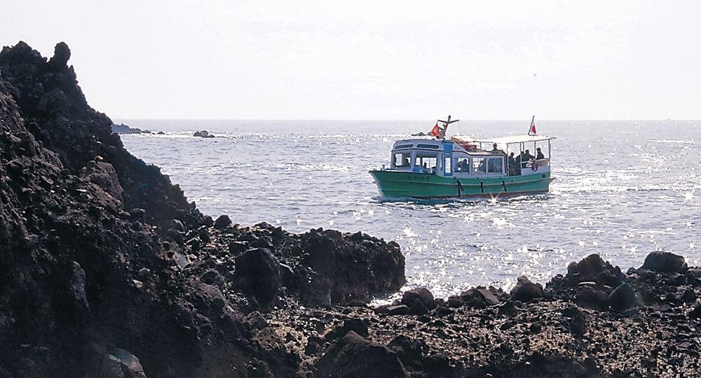 観光客を乗せて巌門を巡る遊覧船=志賀町富来牛下