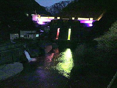 ももクロ色にライトアップ 宇奈月ダム
