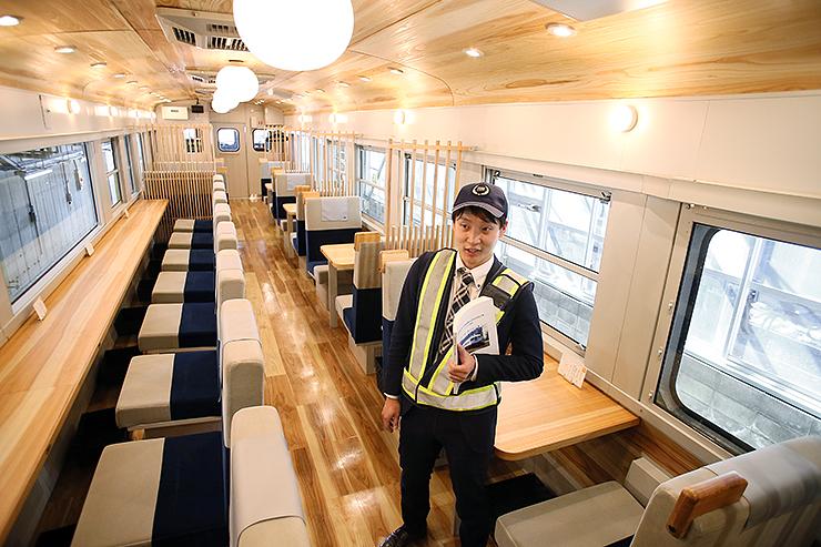 公開されたあいの風とやま鉄道の観光列車「一万三千尺物語」。床や天井など内装に県産材を多用し、景色を楽しめる大きな窓が特徴だ=あいの風とやま鉄道運転管理センター