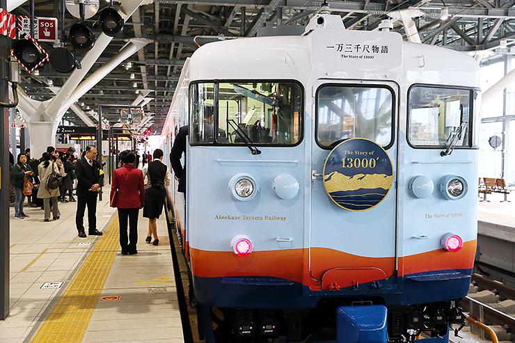 富山駅のホームにお目見えした「一万三千尺物語」の車両