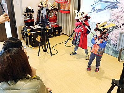甲冑試着や乗馬体験 「富山市まちなか観光案内所」1周年