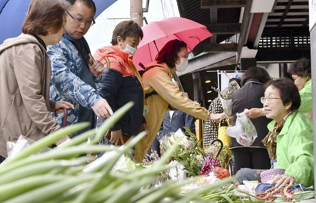 冬季休業を終え、約3カ月ぶりに店が並ぶ七間朝市=3月21日、福井県大野市元町の七間通り