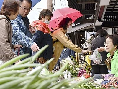 「七間朝市」に待望の春 3カ月ぶり再開、福井県大野市