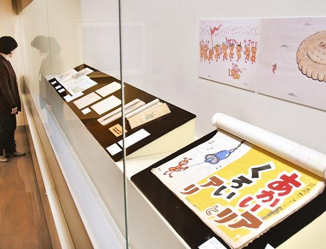 福井県越前市でのみ公開される大型紙芝居「あかいアリとくろいアリ」などが並ぶ加古里子さんの特別展=3月21日、同市武生公会堂記念館
