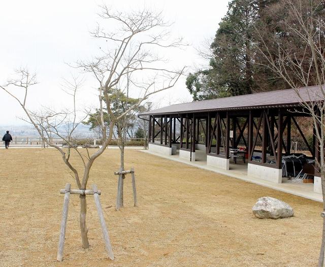 眺望園地が整備された松岡公園。右は休憩施設=3月22日、福井県永平寺町松岡室