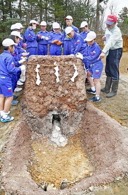 たたら製鉄で使われた炉のレプリカを見学する細呂木小5年生=3月19日、福井県あわら市指中