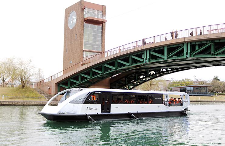 富岩水上ラインで就航した新艇「kansui」=環水公園