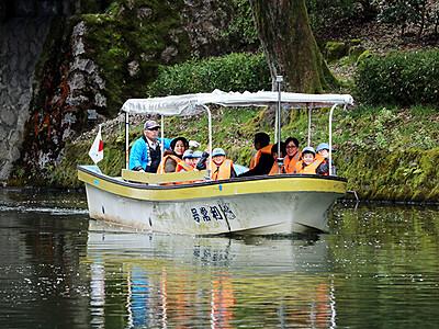 高岡古城公園で遊覧船運航