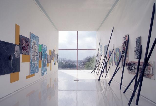 雄島の自然を表現した空間に並ぶ小野忠弘さんの作品。窓の奥には三国の美しい自然が広がる=福井県坂井市のONOメモリアル(梅津忠夫さん撮影)