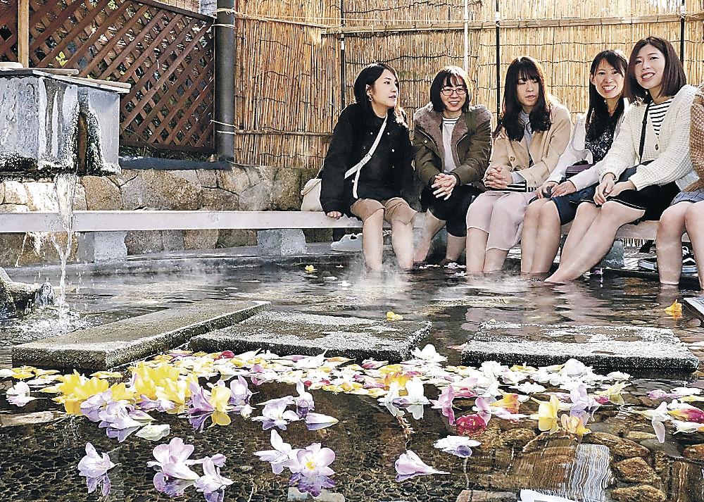 エアリーフローラの足湯を楽しむ観光客=加賀市山代温泉