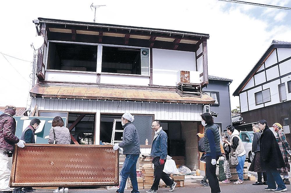 町家の清掃に励む参加者=加賀市大聖寺京町