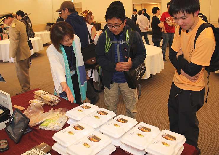 茅野市内の和食店の弁当を品定めするアニメ同人誌販売会来場者ら