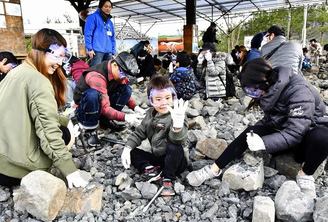 恐竜の化石発掘を楽しむ親子連れ=3月23日、福井県勝山市村岡町寺尾