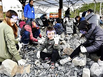 恐竜化石、発掘体験始まる 福井県勝山市・恐竜の森