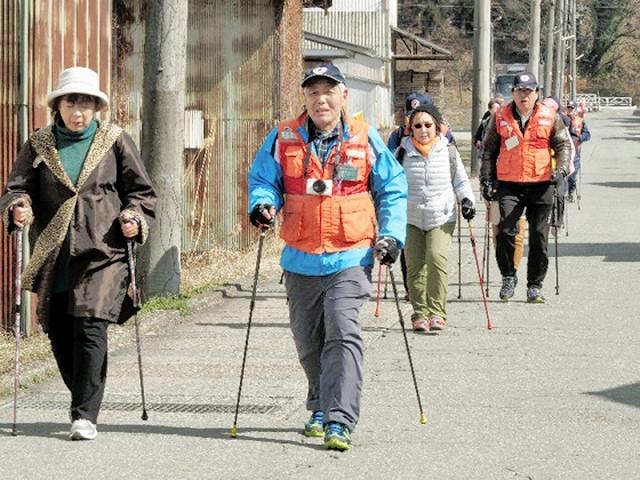 中高年を中心に注目されるノルディックウオーク。福井県勝山市内を歩く催しの開催資金を募っている=2018年12月、同市内