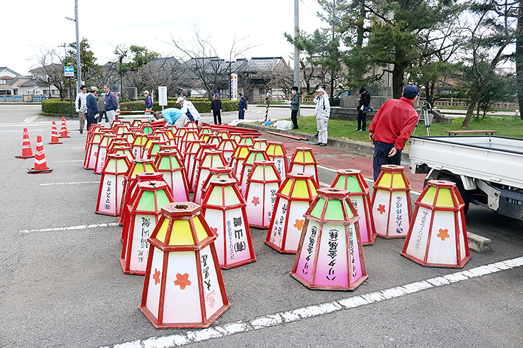 ぼんぼりを取り付ける実行委員会のメンバー=福岡地域中心部