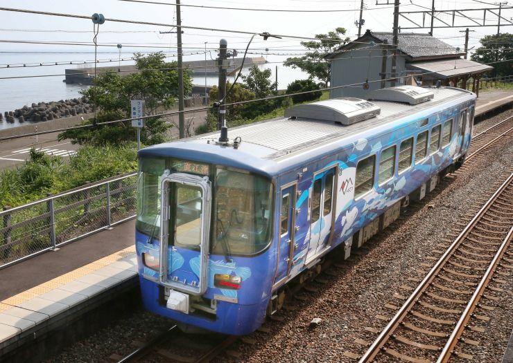 トキめき鉄道のイベント列車。魚などを描いた車両、または花模様の車両が走る