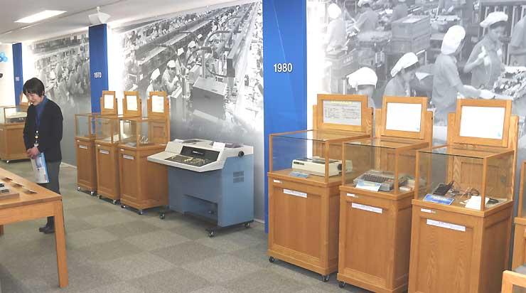 年代ごとに自社製品を展示したセイコーエプソンの「ものづくり歴史館」