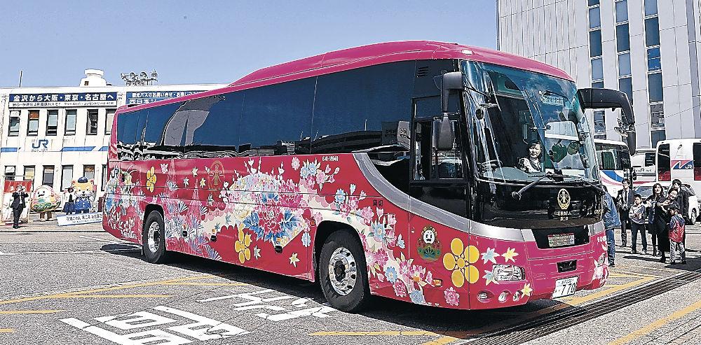 初めて公開された特別仕様の貸切バス「花嫁のれん 第二章」=金沢市の西日本ジェイアールバス金沢営業所