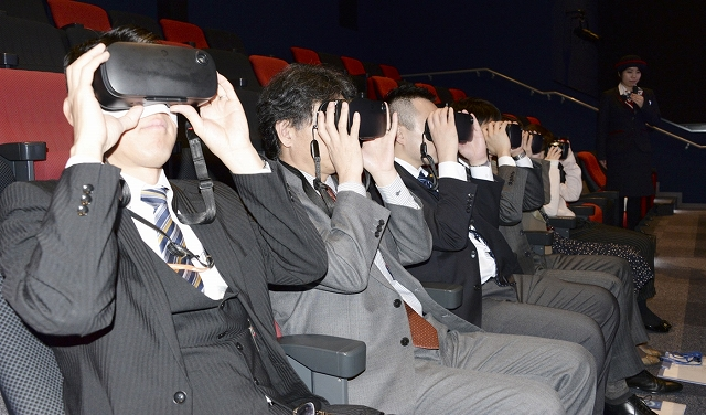 ゴーグルを付けVR映像を鑑賞する人たち=3月22日、福井県おおい町成海のエルガイアおおい