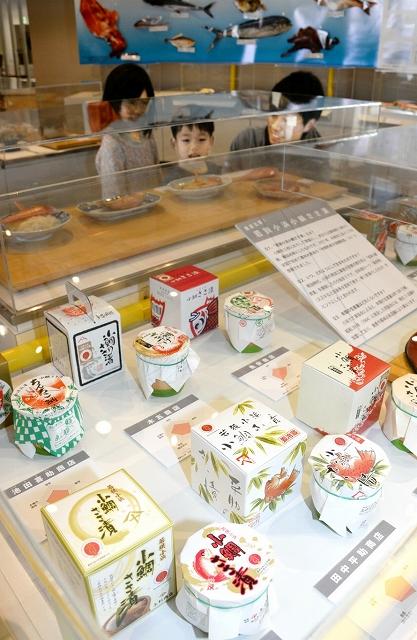 小浜特産の小鯛のささ漬けの見本12種類、魚のパネルが並ぶ「小浜のいろんな魚たち」展=福井県小浜市食文化館