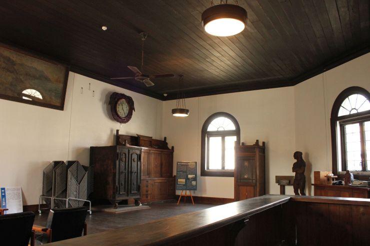 直江津銀行時代の木製カウンターや金庫などが残るホール