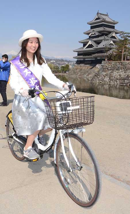 電動アシスト付き自転車で松本城公園を走るミス松本の平岡さん