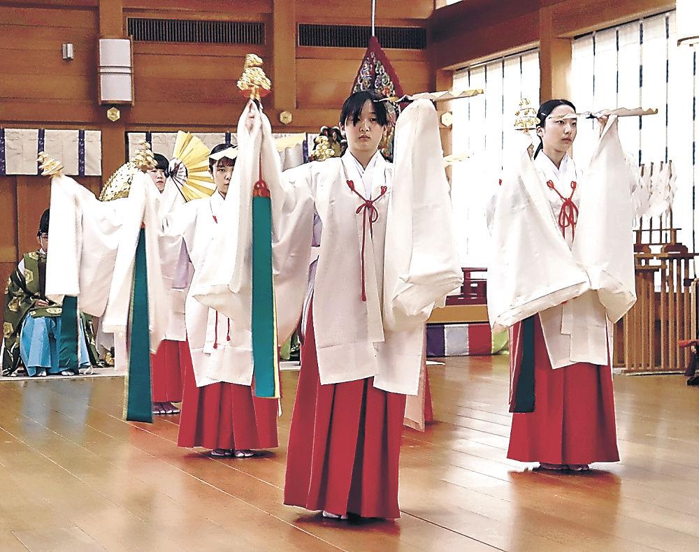 神前で神楽を初披露する新人舞女=白山市の白山比咩神社