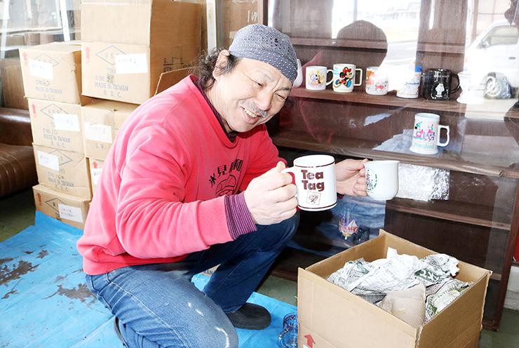 「日本一のコレクション」とされる大量のマグカップが届き、段ボール箱を開けて確認する蔵田館長