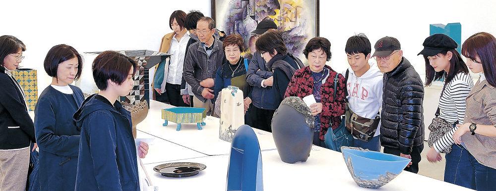 工芸の会場で、作家の意欲作に見入る来場者=金沢21世紀美術館