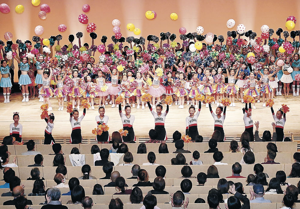 フィナーレでにぎやかにステージを締めくくる出演者=北國新聞赤羽ホール