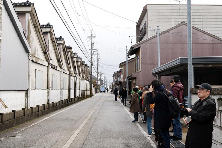旧戸出物産の跡地を見学する参加者