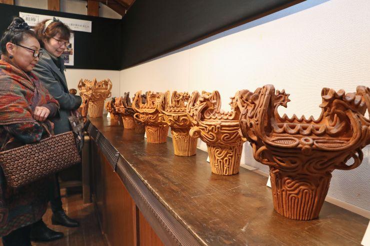 縄文時代の火焰型土器を復元した作品が並ぶ展示会=長岡市本町1