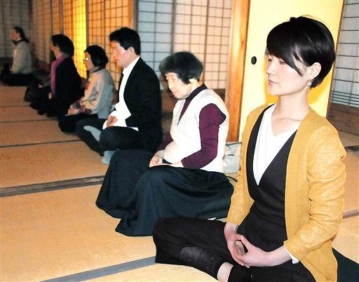 座禅を組んで自分自身と向き合う参加者=3月30日夜、福井県福井市の養浩館庭園
