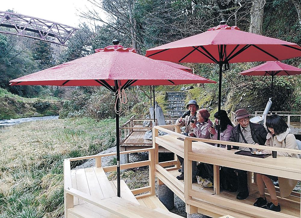 鶴仙渓に設置された川床=加賀市山中温泉