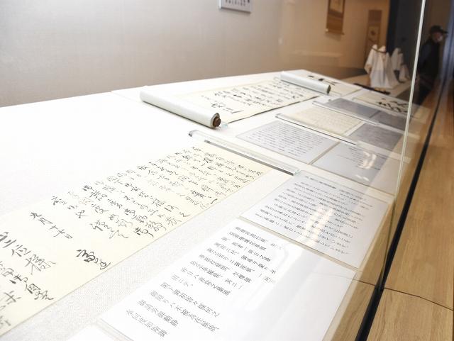徳川家達から松平春嶽に送られた手紙などが並ぶ企画展=3月31日、福井県福井市郷土歴史博物館