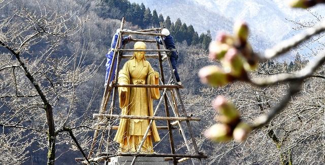 雪囲いが撤去され、約4カ月ぶりに姿を見せた麻那姫像=4月1日、福井県大野市下若生子