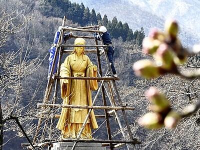 大野の「麻那姫」像、春の目覚め