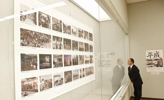 巨大な写真タペストリーやパネルが並ぶ「さよなら平成」展=3月31日、福井県小浜市の県立若狭図書学習センター