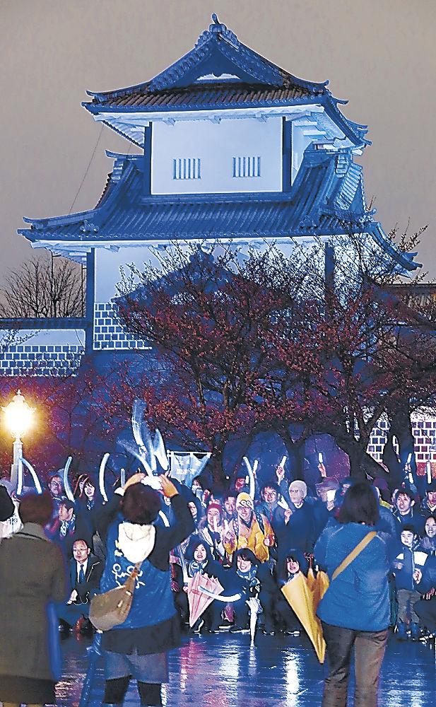 自閉症啓発のため青色にライトアップされた石川門=金沢城公園