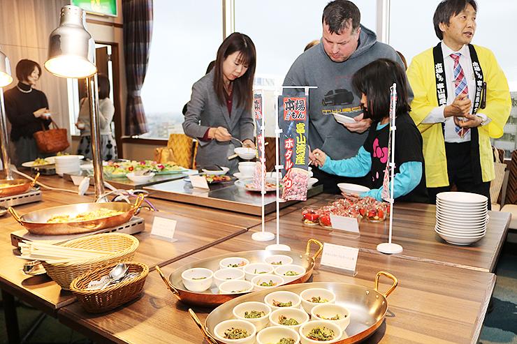 ホタルイカや春野菜を使った料理が並んだ試食会